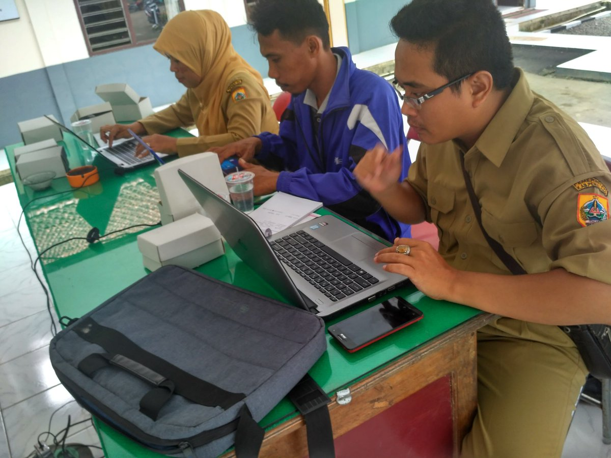 para peserta sedang mengetik artikel berita. (dokumentasi oleh Muhamad sa'ban As'ad).